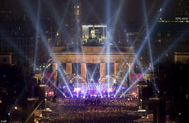 2010年12月31日,大批民眾聚集在德國柏林地標布蘭登堡門的前面一起跨年(AP)