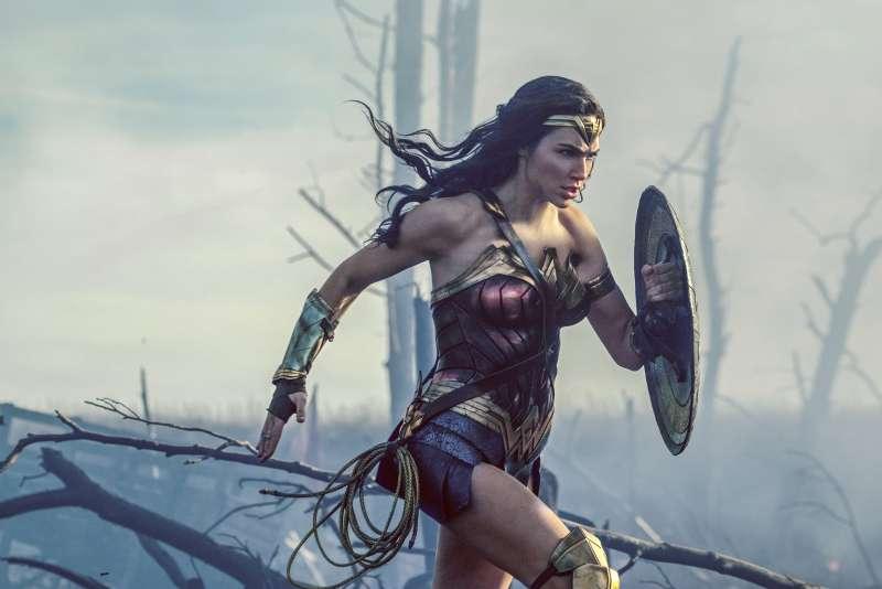 2017年最熱門英雄電影《神力女超人》,圖為主角黛安娜帶頭跑過「無人之境」。(美聯社)