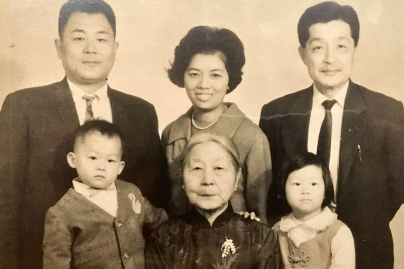 林茂生之妻王采蘩與全家照片(林玲文提供)
