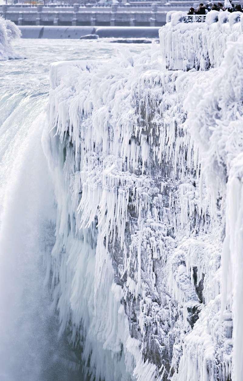 2017年─2018年冬季,位於美國與加拿大邊界的尼加拉瀑布被風雪冰封(AP)