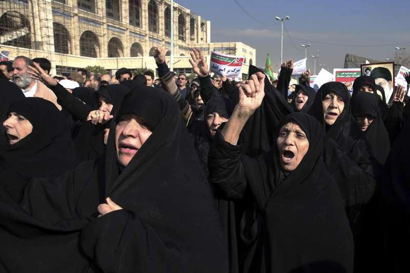 伊朗多個城市爆發大規模示威潮。(美聯社)