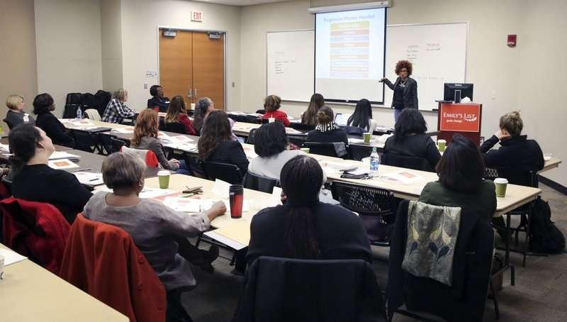 去年12月9日,政治策士麥當娜(Carol McDonald)在德州達拉斯的中央學院為有意參選公職的女性上課(AP)