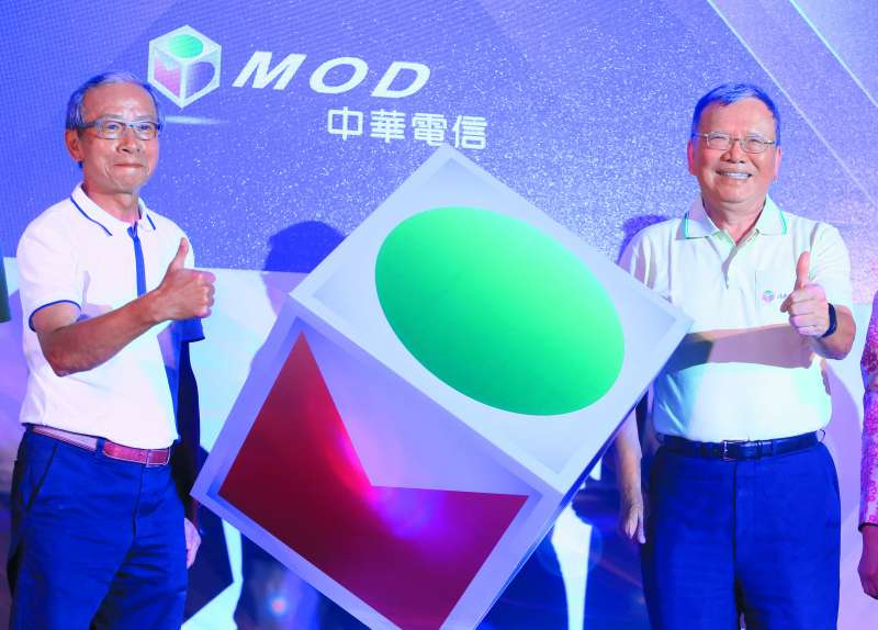 鄭優(右)積極邀請有線電視關鍵頻道上架MOD,練台生一開始就給予正面回應。(柯承惠攝)