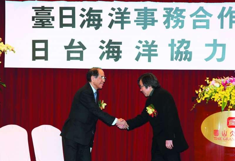邱義仁(右)與大橋光夫(左)在台日海洋事務合作對話會議握手致意。(郭晉瑋攝)