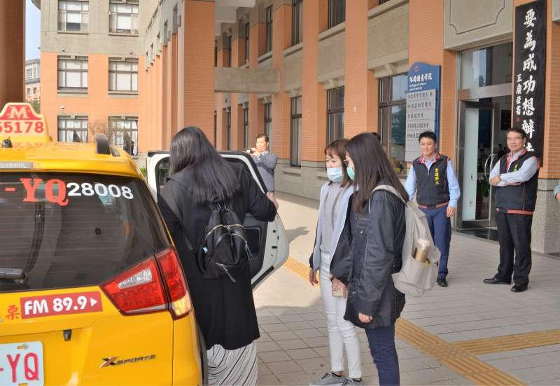 學校推「小黃叫車共乘補助」學生搭車情形。(圖/育達科大提供)
