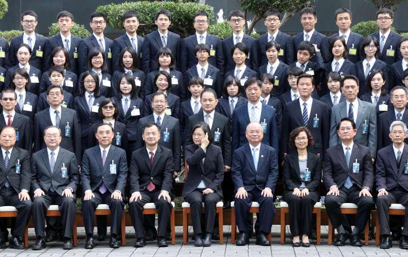 20180104-總統蔡英文上午出席調查局調查班54期結業典禮,並於會前與新科調查官們合影。(蘇仲泓攝)