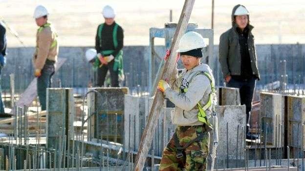 北韓工人在蒙古首都烏蘭巴托的一個建築工地上。(BBC中文網)