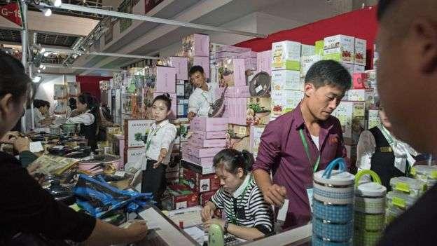 9月平壤秋季國際貿易洽談會的北韓參展商。(BBC中文網)