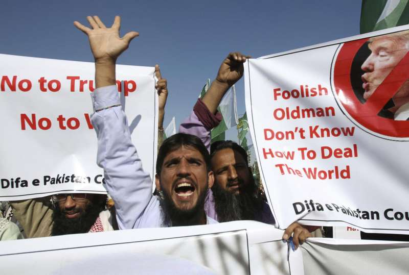 美國總統川普1日在推特砲轟巴基斯坦反恐不力,巴基斯坦第一大城喀拉蚩(Karachi)民眾上街示威抗議(AP)
