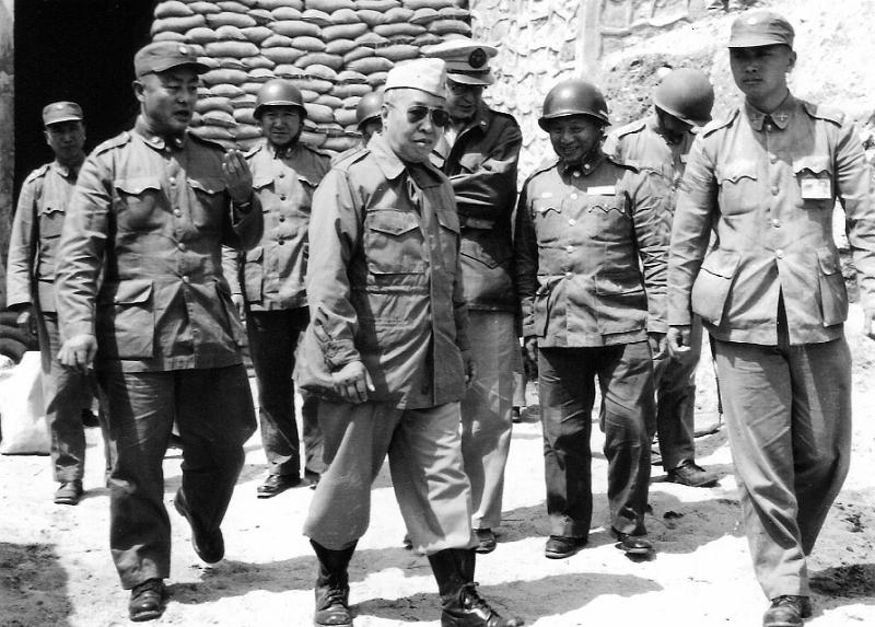 砲戰前夕,圖為國防長俞大維與金防部第10軍軍長張國英將軍(左)。