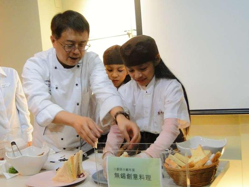 活動邀請知名美食家梁幼祥老師帶領偏鄉兒童示範創意料理