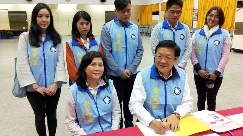 前外交部駐紐西蘭代表介文汲在市黨部完成初選登記。(圖/張毅攝)