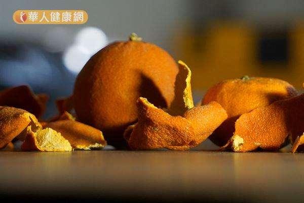 坊間流傳橘子皮具有酸性成分,對白色衣物有漂白作用。