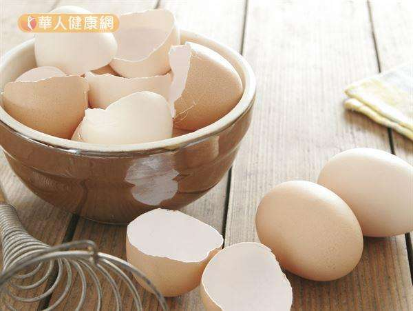 用洗衣機洗衣服時,搭配蛋殼會比單獨用洗衣劑來得乾淨。