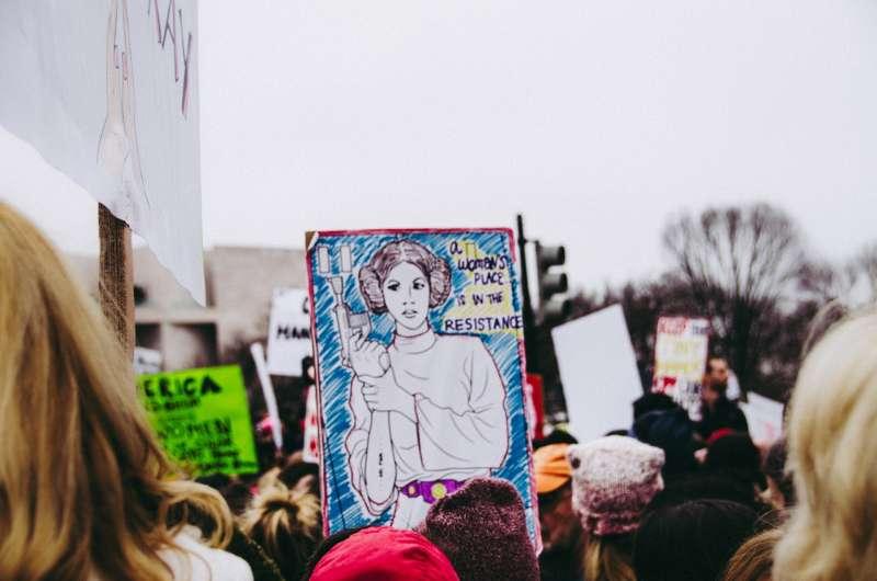 美國的女性爭取平權,舉著畫有星際大戰莉雅公主的標與。(Pixabay)