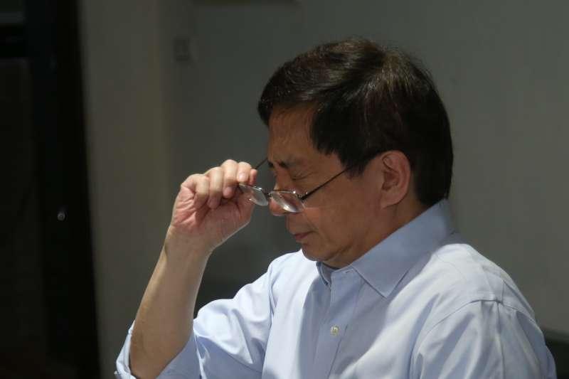 20180107-台大準校長管中閔與媒體茶敘,侃侃而談他的治校理念及方式,由於他最近眼睛動手術,受不了正前方直射他的燈光。(陳明仁攝)