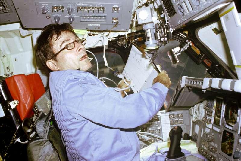 曾踏上月球的美國太空人楊恩,1981年攝於哥倫比亞號太空梭第一次任務。(圖/NASA on The Commons@flickr)