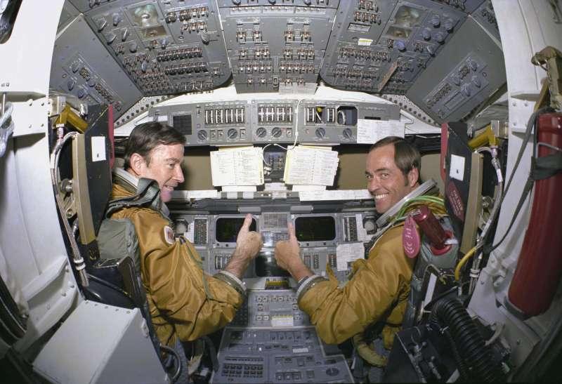 美國太空人楊恩(左)與隊友克里朋,正在參與哥倫比亞號太空梭載人飛行任務。(美聯社)