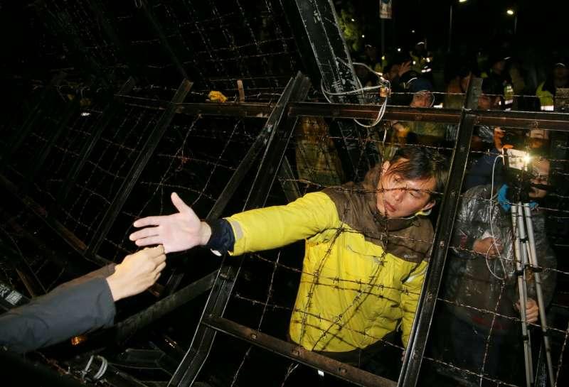時代力量立委黃國昌等人為了勞基法在總統府前靜坐,8日晚間有民眾隔著拒馬和黃國昌打招呼。(陳明仁攝)