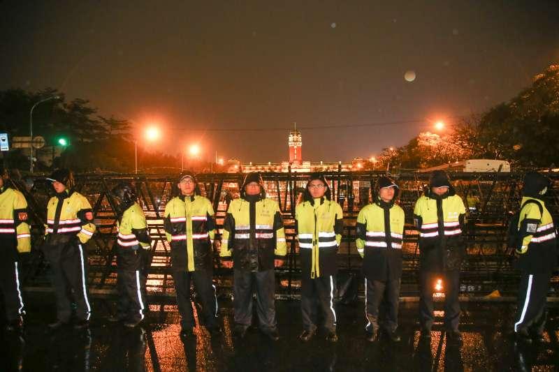 20180107-時代力量立委為撤回勞基法,在總統府前持續抗爭,入夜後,凱道寒雨不停,拒馬警力加強。(陳明仁攝