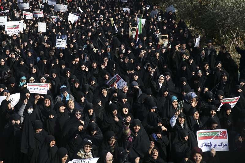 伊朗政府無法改善民生經濟困境,憤怒民眾走上街頭抗議示威。(美聯社)