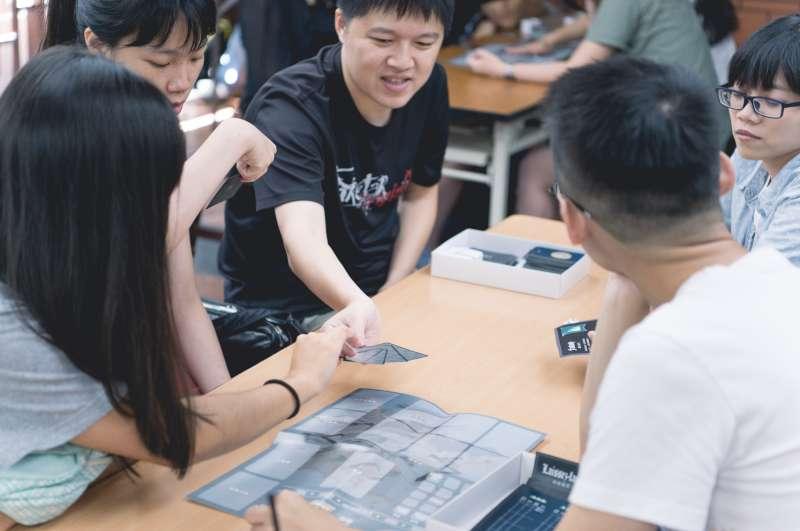 藉由大學生試玩會反覆測試、不斷豐富桌上遊戲內容(圖/他群工作室提供)