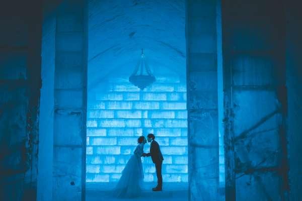 如果想要結婚的情侶,還可以選擇到冰酒店的冰教堂中來宣示忠誠,天寒地凍之下立下的誓約,似乎比較誠懇。(圖/Ice Hotel Jukkasjärvi)