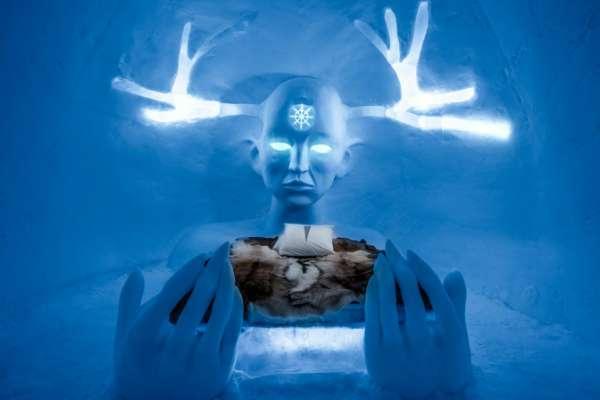 """設計師 Emilie Steele & Sebastian 所設計的 「Queen of the North"""" Art Suite」(圖/Asaf Klige Ice Hotel Jukkasjärvi)"""