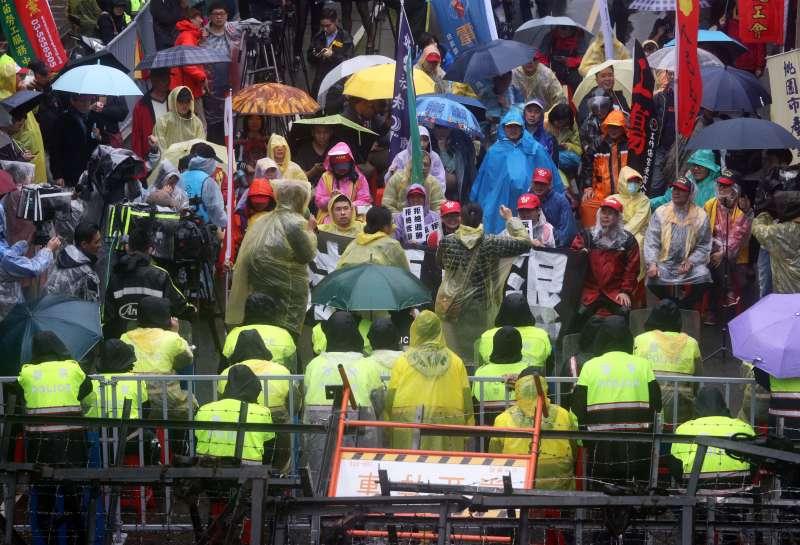 20180108-立法院臨時會預計將處理勞基法修正草案,前往抗議的勞團下午在警方包圍下進行短講。(蘇仲泓攝)