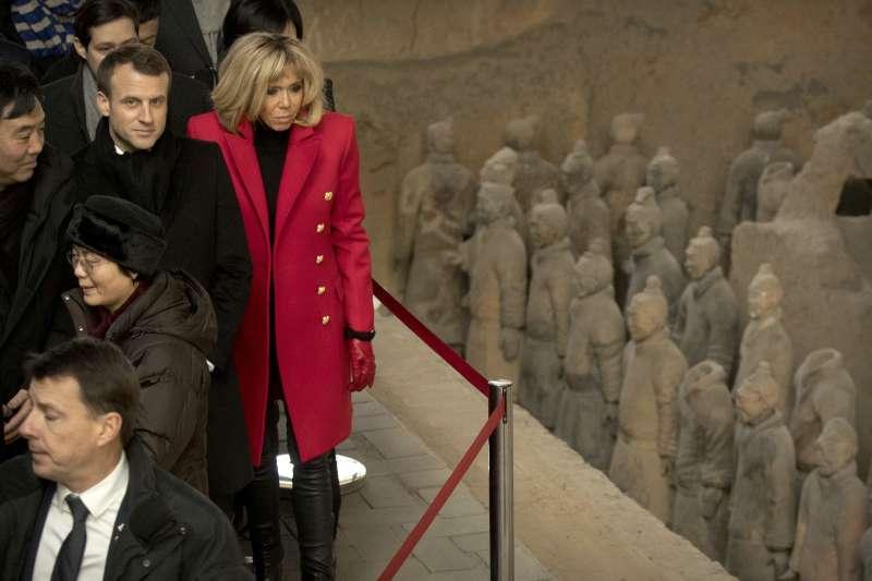法國總統馬克宏(中)偕夫人布莉姬特(紅衣者)8日訪問中國西安,參觀兵馬俑(AP)