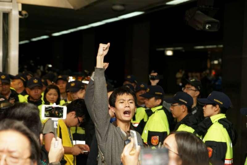 勞團不滿勞基法修法方向,在北車臥軌抗議,與警方發生衝突。(攝影盧逸峰)