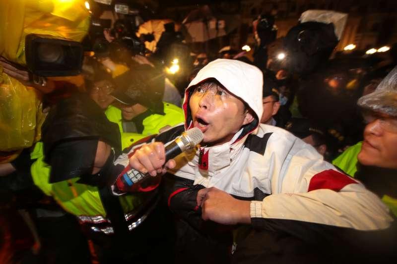 dr時代力量與總統府前靜坐近60小時後,警方開始清場帶離。圖為立委黃國昌。(顏麟宇攝).jpg
