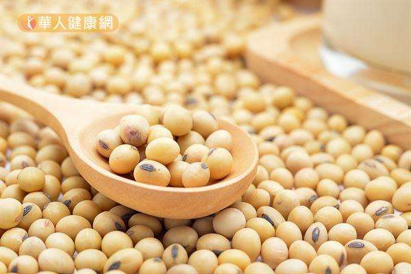 黃豆成分中的「大豆異黃酮」是一種結構類似動物雌激素的植化素,但在人體內的作用機轉與動物雌激素不同。