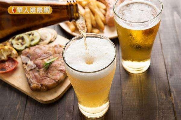 相較於黃豆,倪曼婷營養師提醒,女性朋友預防乳癌,更應減少紅肉和酒精的攝取量。