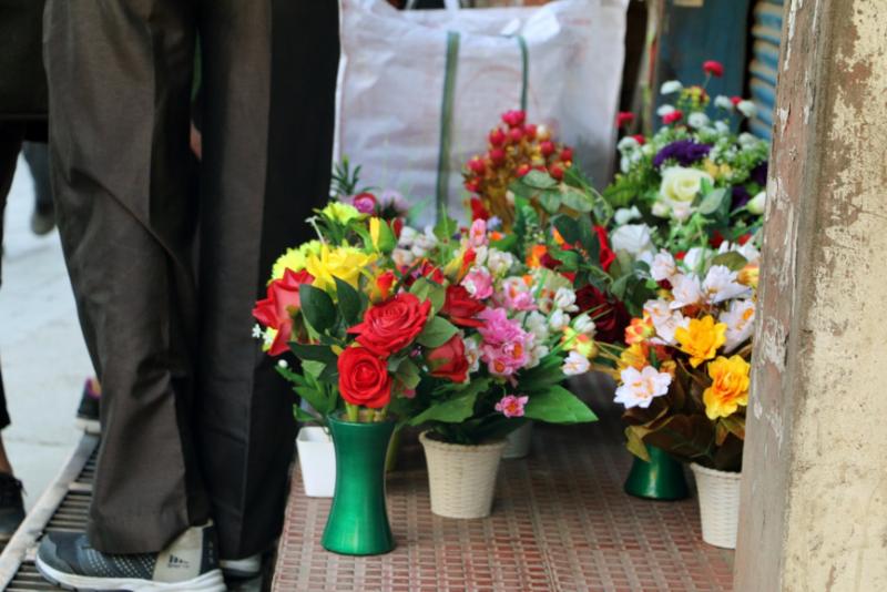 帕哈里商人們在街頭上販售來自中國的廉價塑膠花(圖/作者提供)