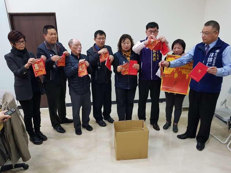 新竹市議會國民黨籍議員憤怒撕毀市府新印製的農民曆及月曆。(圖/方詠騰攝)