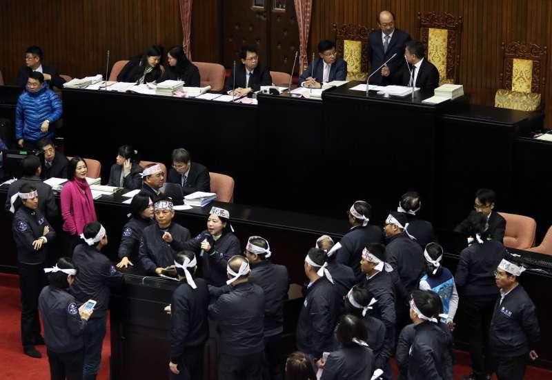 20180109-立法院臨時會預計處理勞基法修正草案,傍晚因為議事程序問題,國、民兩黨委員發生口角,雙方站在議場中間互不相讓。(蘇仲泓攝)