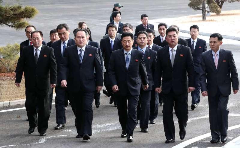 南韓與北韓9日派出代表團在板門店會談平昌冬奧事宜,圖為南韓代表團。(美聯社)