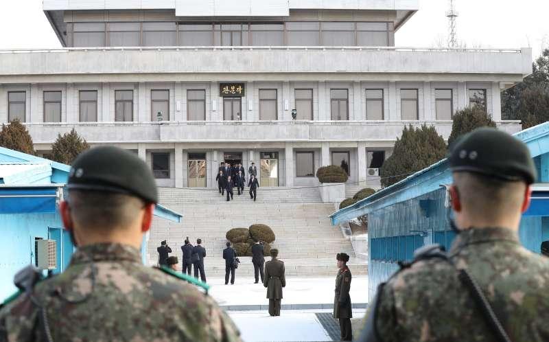 南韓與北韓9日派出代表團在板門店會談平昌冬奧事宜,圖為北韓代表團徒步跨越邊界。(美聯社)