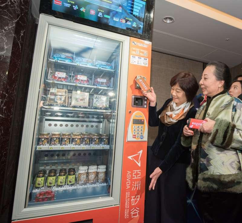 隨著新零售時代的來臨,《一機在手.樂活台灣 行動生活成果發表會》現場同步展出無人商店,提供消費者一個最智能、最全面的無現金消費平台。(圖/群信行動提供)