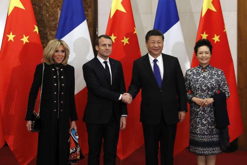 法國總統馬克宏(左二)訪中,與夫人布莉姬特(左一)會見中國國家主席習近平與夫人彭麗媛。(美聯社)
