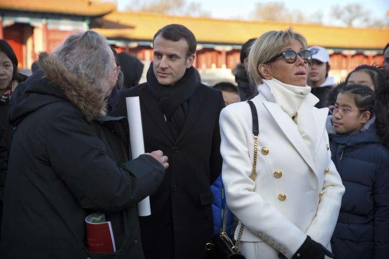 法國總統馬克宏訪中,與夫人布莉姬特參觀北京紫禁城。(美聯社)
