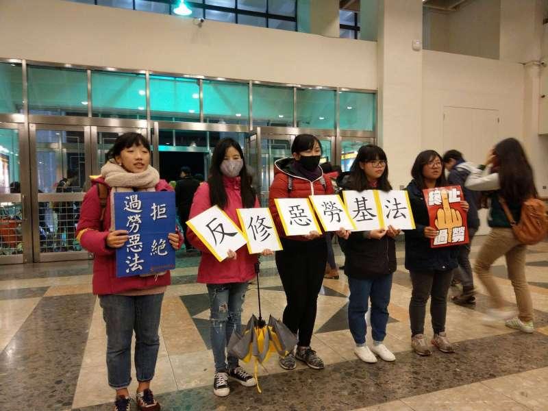 行政院政務委員唐鳳今(9)日前往中正大學演講時,中正大學學生高舉「拒絕過勞惡法、反修惡勞基法」抗議。(取自管中祥臉書)