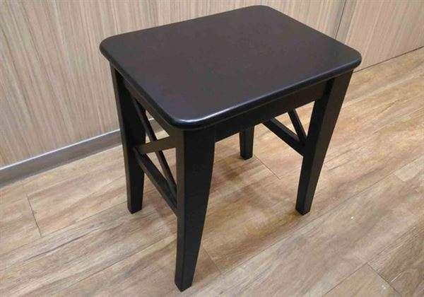 如上圖這種凳子或是板凳,不要找軟的就好。直接坐在上面,當做自己在蹲馬步,腰部與膝蓋稍微放鬆,隨即站起來,重複上述動作3回,每1回10下。(圖/吳建東中醫師|華人健康網提供)