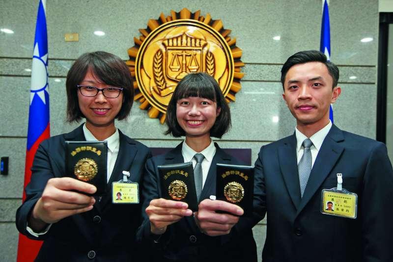 第二名結業的陳亭妤(左)與第一名的項永孝(中)都念法律系, 第三名的張棨鈞(右)則是跟隨姐姐腳步加入調查局。(郭晉瑋攝)