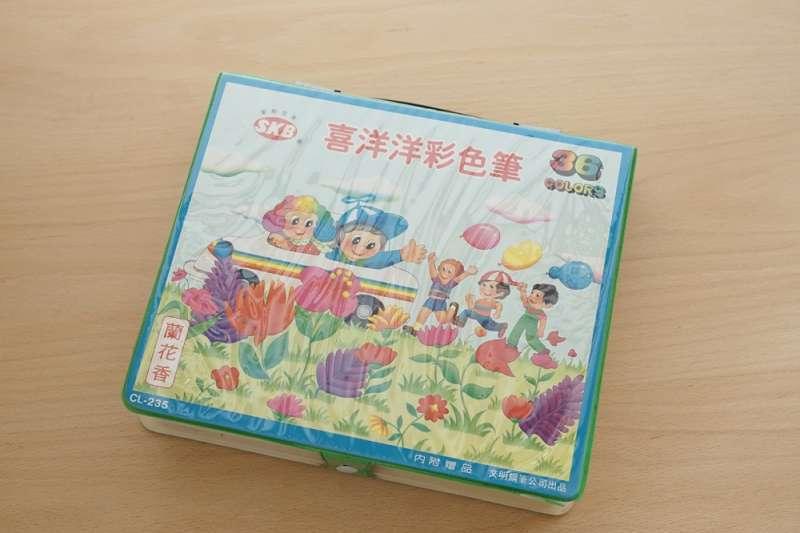 小時候每個國小生一定必備的潮牌,「喜洋洋彩色筆」。(圖/ 悅知文化提供)