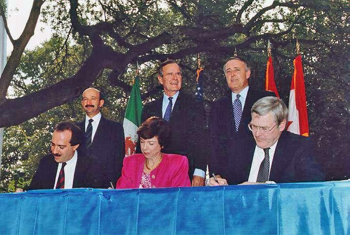 1992年12月17日總統,美國總統老布希(後排中)與加拿大總理穆隆尼(後排右)、墨西哥總統薩里納斯(後排左)簽署《北美自由貿易協定》(NAFTA)(Wikipedia / Public Domain)