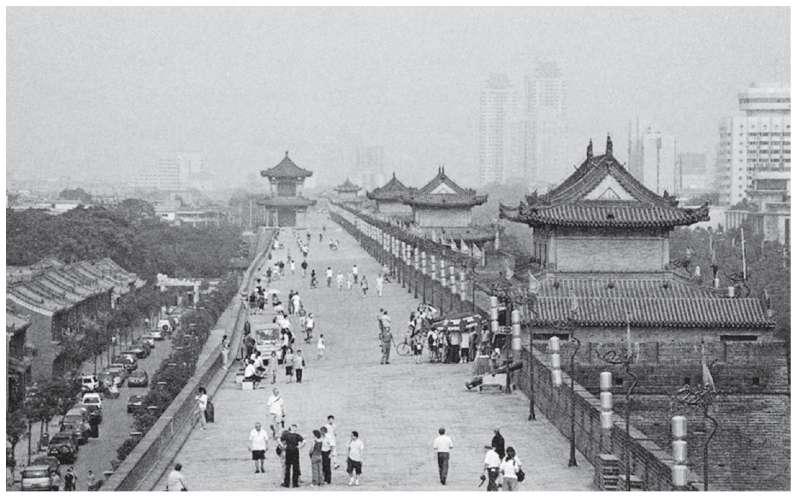 西安城牆。這些城牆都是以明初古牆為基礎,在清朝期間重建起來的。(時報出版提供)
