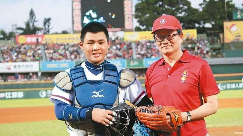 「2017年第四屆WBSC世界盃少棒錦標賽」,華南金控暨華南銀行董事長吳當傑(右)親赴台南市立棒球場為中華隊加油,並擔任世界盃少棒冠軍賽開球貴賓。(圖/華南金控)