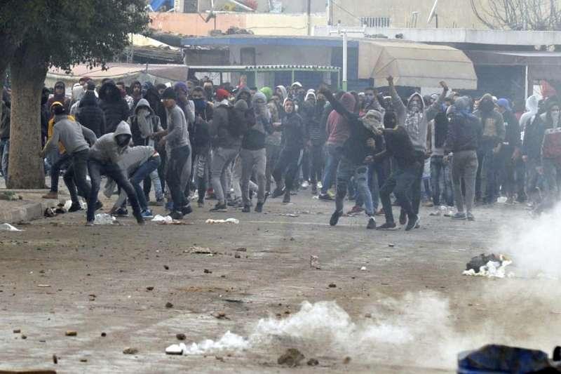 突尼西亞抗議衝突,警方以催淚彈嚇阻民眾。(美聯社)